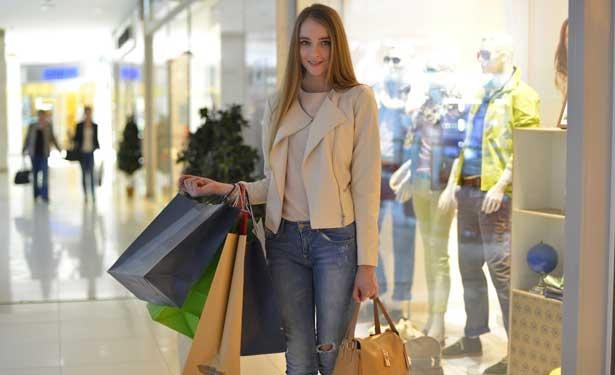 クレジットカードでショッピングを楽しむ女性