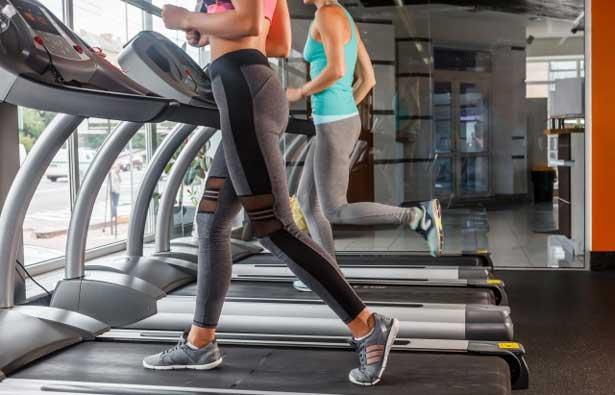 スポーツジムで身体を鍛える女性たち